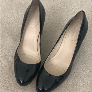 Calvin Klein patent leather cushioned heels Sz 7.5